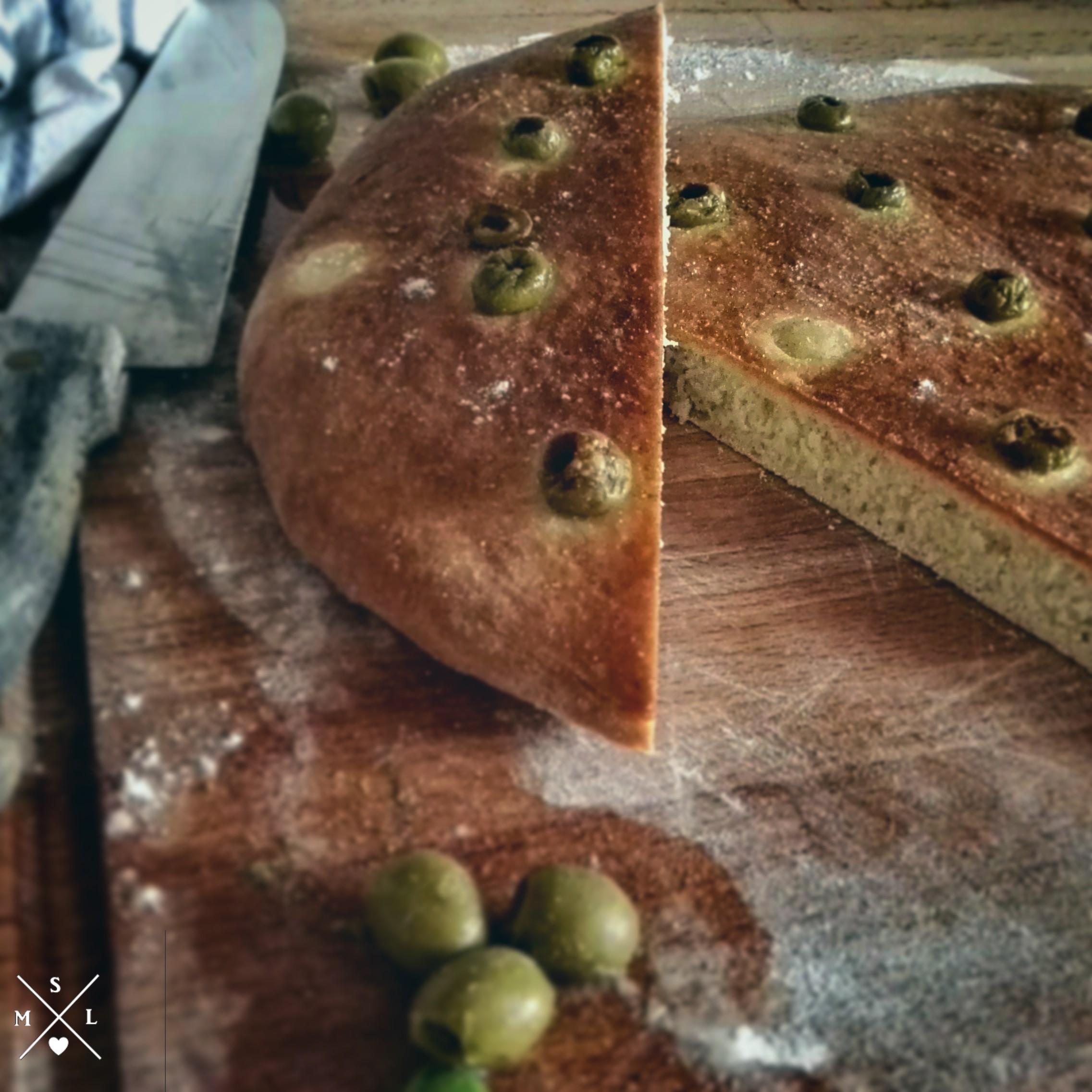Frischgebackenes Focaccia mit Oliven und Meersalz. Perfekt als Beilage zum Salat oder zum Grillen.