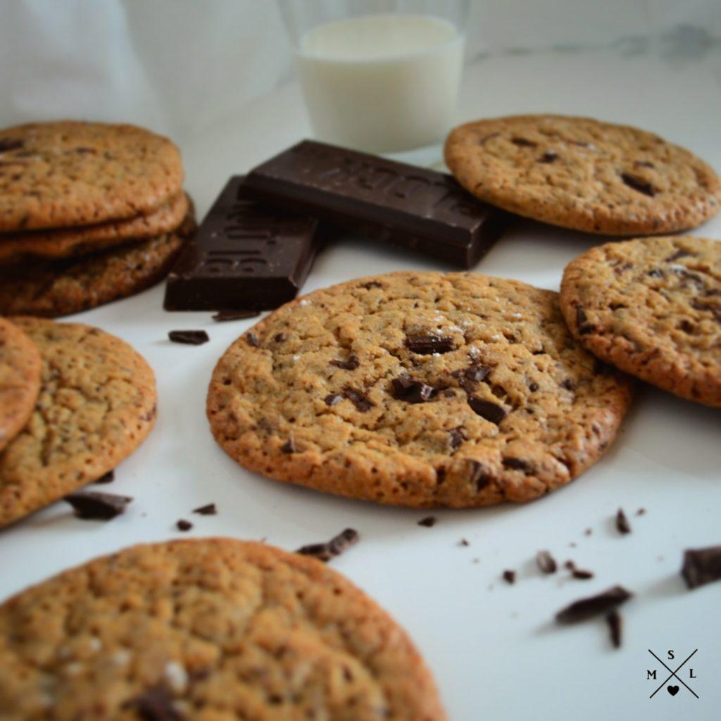 Schokoladen Chunk Cookies mit einem leichten Karamell Geschmack und einer salzigen Note durch grobes Meersalz.